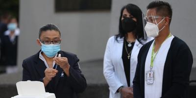 Médicos reciben las primeras vacunas de Pfizer en México contra la covid-19