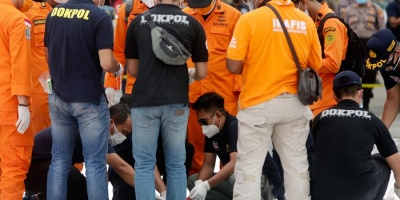 Encuentran restos humanos del accidente de aviación en Indonesia