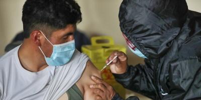 Tras una semana de vacunación, la segunda ola de la covid no cede en Bolivia