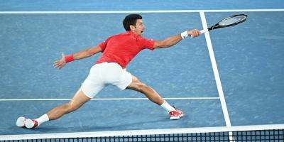 Djokovic sufre contra Zverev y fuerza el dobles decisivo