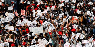 Manifestaciones en Birmania desafían la ley marcial tras el golpe de militar