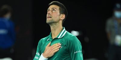 Djokovic pasa de la rabia y frustración a las semifinales