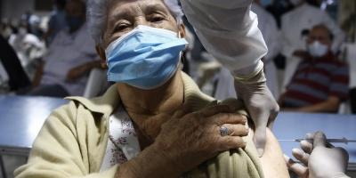 Vacunas de Pfizer llegarían el 10 o 12 de marzo: residenciales comenzarían a vacunar a fin de ese mes