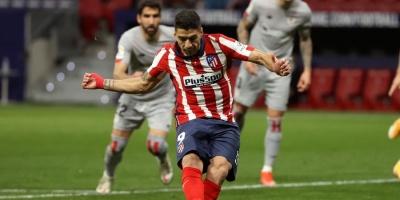 Luis Suárez presiona a Messi