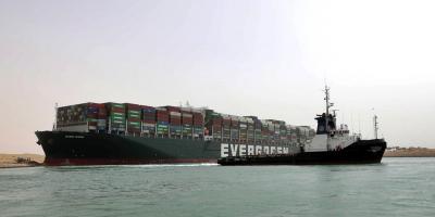 Unos 200 barcos atascados en canal de Suez mientras Egipto busca compensación