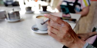 España estudia prohibir fumar en las terrazas al aire libre contra la covid