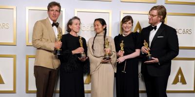 """""""Nomadland"""" dominó los Óscars con tres premios, incluido mejor película"""