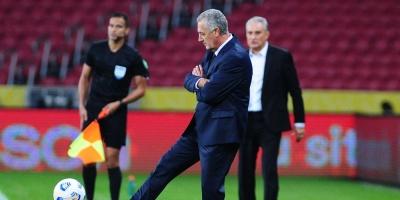 Gustavo Alfaro, molesto con el arbitraje y el VAR tras perder contra Brasil