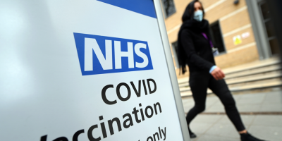 Reino Unido planea obligar a vacunarse a empleados de residencias de ancianos