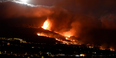 El río de lava arrasa 166 casas en la isla de La Palma de camino hacia el mar